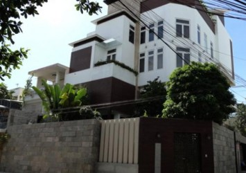 Selling house in District 3 on Ly Chinh Thang 126sqm 3 floors 4BRs in car alley